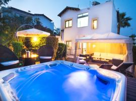 Hotel photo: Villa Amelie - Konnos Beach