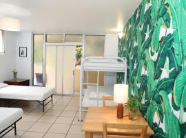 Waikiki Beachside Hostel,
