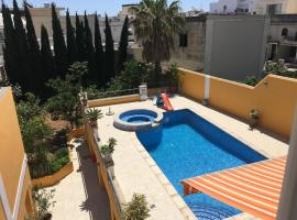 A picture of the hotel: Central villa apartment with pool - free parking!