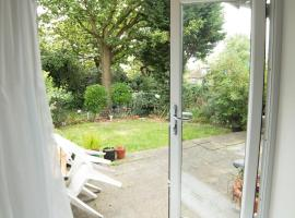 Hotel photo: Garden Apartment w/ easy access to central London