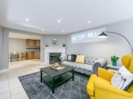 Hotel Photo: Etobicoke Suite with Fireplace & Private Gardens