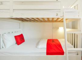 Hotel Photo: RedDoorz Hostel near Club Street