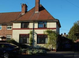Hotel Photo: A Spacious 4 Bedroom House With Parking, Upto 7 Guests