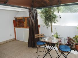 A picture of the hotel: Linda a Velha Apartment with private backyard