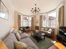 A picture of the hotel: Beautiful Spacious 3 bedroom House in Battersea