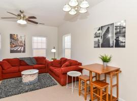 호텔 사진: ☆Updated Uptown 2BR Apt + Fully Equipped/Furnished, 5 Min Downtown☆