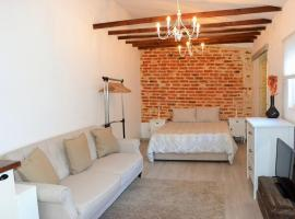Hotel photo: Charming Brick Wall Studio with patio