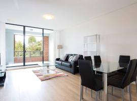 Hotel photo: Cosy Luxury Apartment for 4 w/ Pool, Gym & Parking