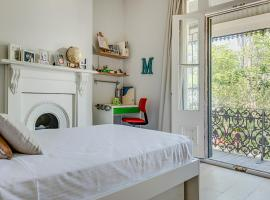 Hotel photo: Hip 3-bedroom family home in trendy Newtown