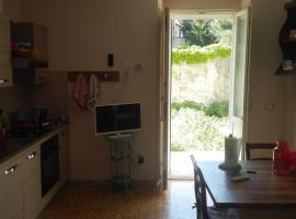 A picture of the hotel: Garden Apartment