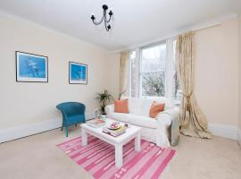 A picture of the hotel: Bright & Spacious Flat in Battersea