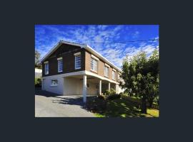 A picture of the hotel: Kings View Launceston | Huge space | Amazing views | Peaceful Retreat