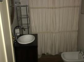 A picture of the hotel: Dormitorio con baño privado en casa de familia.