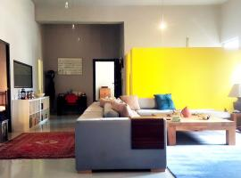 ホテル写真: Spacious loft in Piraeus port, close to boats and train station!
