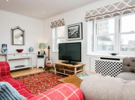 A picture of the hotel: 3 Bedroom House in Battersea Accommodates 5