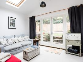 A picture of the hotel: Cosy 2BR Family Home in Battersea