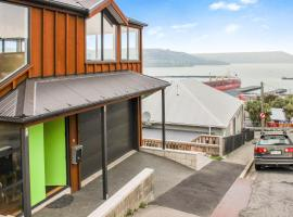 A picture of the hotel: New Modern Home - Amazing Harbour Views