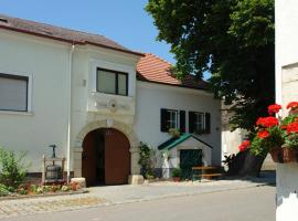 A picture of the hotel: Winzerzimmer - Weingut Tinhof