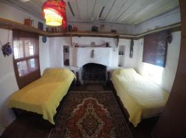 Hotel photo: Yellow room. Cozy Greek house. Central + sea view