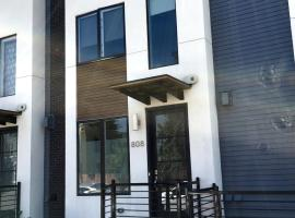 Hotel Photo: New 4 Level Townhome Close to Downtown
