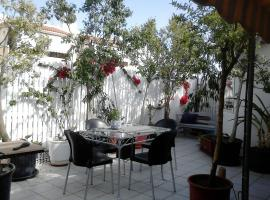 Foto di Hotel: Roof-top garden apartment really well located in Athens