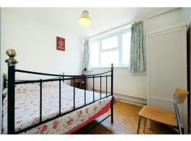 A picture of the hotel: A cosy two bedroom apartment, sleeps 3
