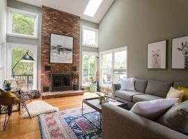 Hotel photo: Stunning Lakehouse Vacation Home Outside of DC