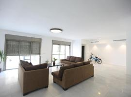 Hotelfotos: A 6 bedroom apartment in the prestigious Mishkenot Ha'uma project in Jerusalem.