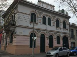 A picture of the hotel: Casa En El Centro De Montevideo Con Caseros