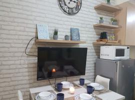 A picture of the hotel: Stylish condo 15 mins from airport and next to shopping mall