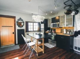 Hotel Photo: Modern Historic Carriage House City Oasis