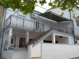 A picture of the hotel: Banjol Apartment Sleeps 4 Air Con
