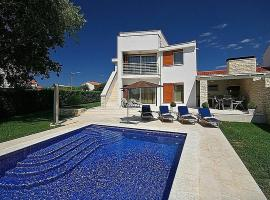 A picture of the hotel: Vabriga Villa Sleeps 7 Pool Air Con WiFi
