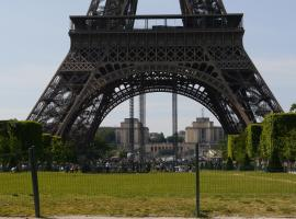 Family Apartment in front of the Eiffel Tower פריז צרפת