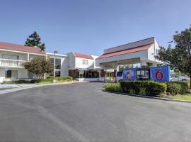 Hotel Photo: Motel 6 Irvine - Orange County Airport