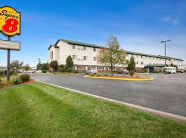 A picture of the hotel: Super 8 Milwaukee Airport