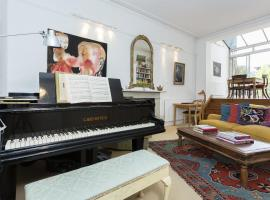 Hotel Photo: Veeve - Two Bedroom Apartment in Notting Hill