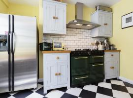 Hotel Photo: Veeve - Three Bedroom House in Hampstead Garden Suburb
