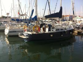 Hotel Photo: Boat at Lisbon - Vahine