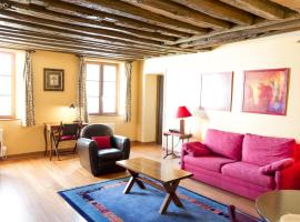 Classical and Peaceful Apartment in Le Marais,