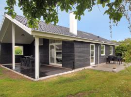 Hotel Photo: Karrebæksminde Holiday Home 713