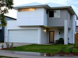 A picture of the hotel: Petrie Beach Holiday Home