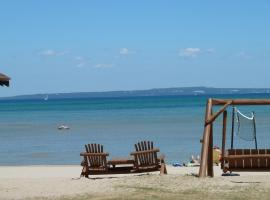 Hotel Photo: The Beach House Lakeside Cottages