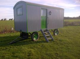 Hotel photo: Shrublands Farm Shepherd's Hut