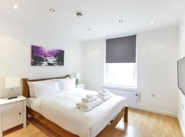 A picture of the hotel: Ultra-smart 2-bed flat near trains + fast wifi