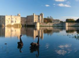 Hotel Photo: Stable Courtyard Bedrooms At Leeds Castle