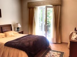 Hotel photo: Large house with gardens, minutes walk from the beach
