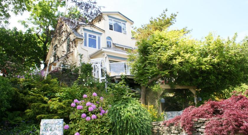 Best time to travel Canada A Boat to Sea Bed & Breakfast