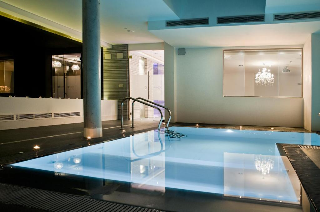 Kadrit hotel zaragoza book your hotel with viamichelin for Hotel piscina habitacion