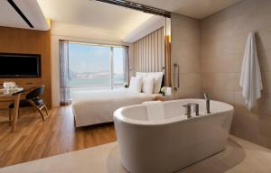 Studio King Suite with Harbour View and Club Lounge Access